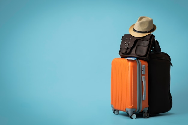 Concepto de viaje con equipaje y espacio de copia.