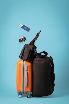 Concepto de viaje con equipaje y pasaporte.