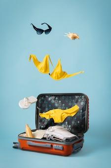 Concepto de viaje con equipaje y traje de baño.