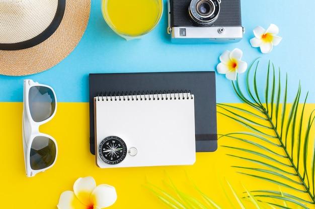 Concepto de viaje con flores y artículos.