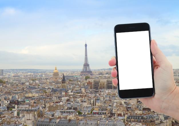Concepto de viaje con el horizonte de la ciudad de parís con la torre eiffel desde arriba, francia, espacio de copia para advetizement en la pantalla del teléfono inteligente