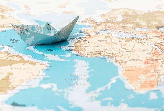 Concepto de viaje con mapa del mundo