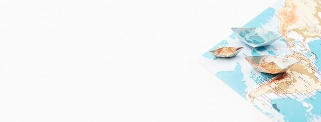 Concepto de viaje con marco de barcos de papel