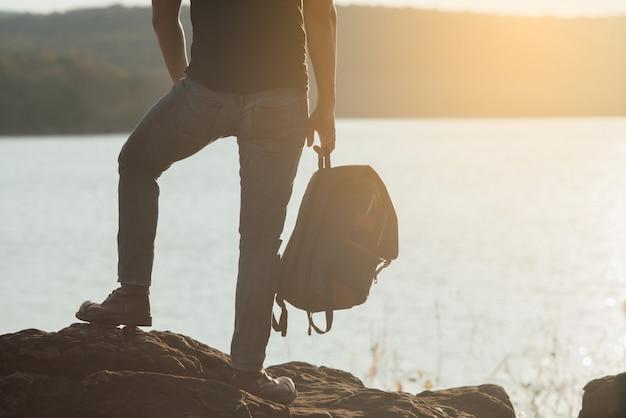 Concepto de viaje con mochilero relajarse en la montaña
