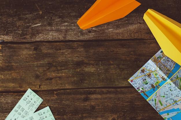 Concepto de viaje. objetos sobre fondo de madera