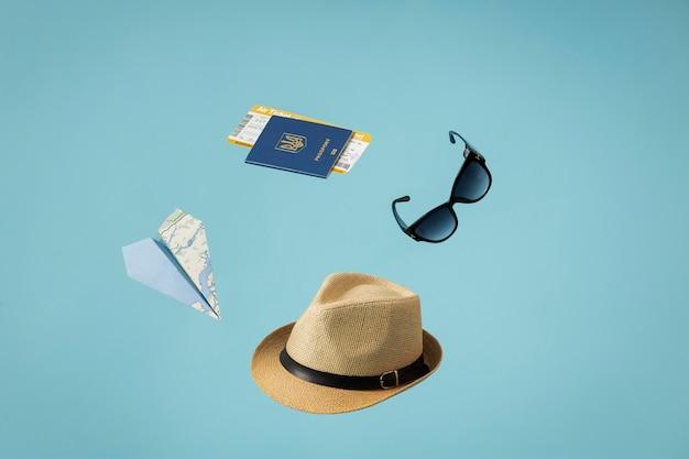 Concepto de viaje con pasaporte y artículos.