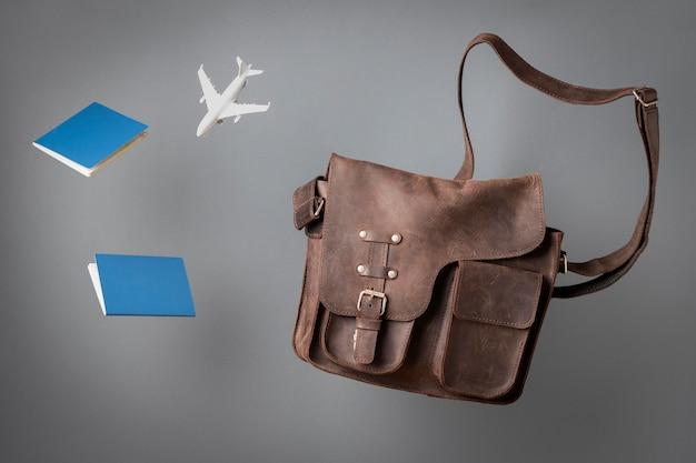 Concepto de viaje con pasaporte y bolso.