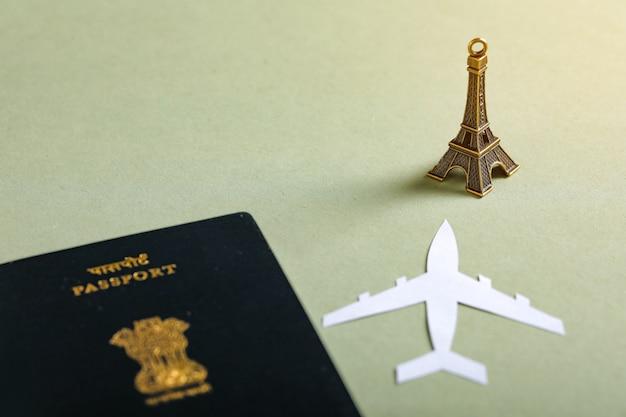 Concepto de viaje, pasaporte indio con avión de papel