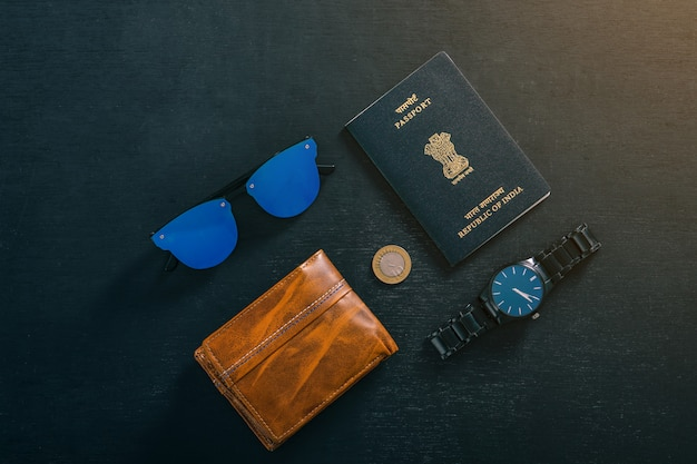 Concepto de viaje, pasaporte indio con reloj, billetera, gafas de sol