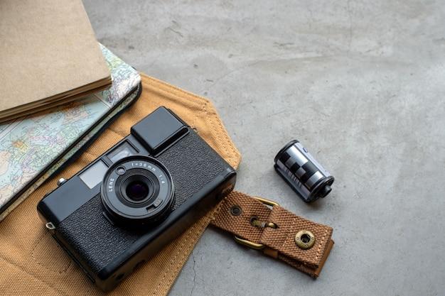 Concepto de viaje. con películas antiguas para cámaras, mapas, libros y accesorios de viaje