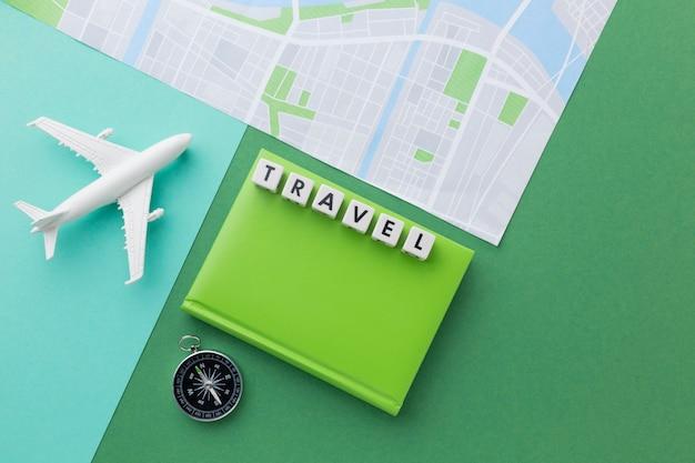 Concepto de viaje con plano blanco y mapa.