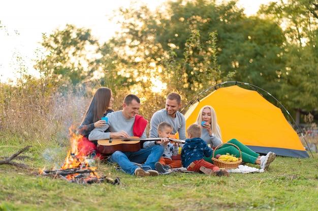 Concepto de viaje, turismo, caminata, picnic y personas