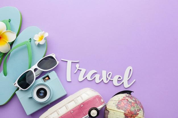 Concepto de viaje con vista superior de arreglo de artículos