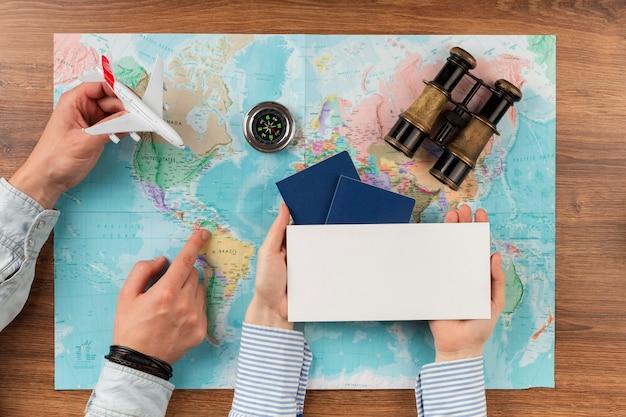 Concepto de viaje de vista superior con mapa del mundo