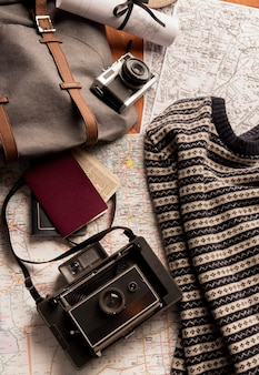 Concepto de viaje de vista superior con mochila