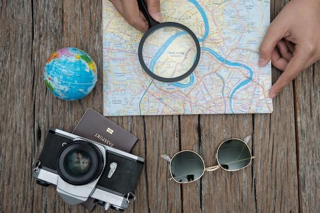 Concepto de viaje vista superior con películas de cámara retro, gafas