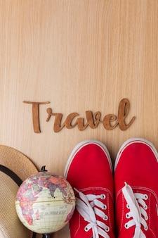 Concepto de viaje con zapatos y globo.