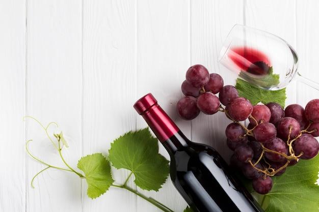 Concepto de vino tinto y viñas.