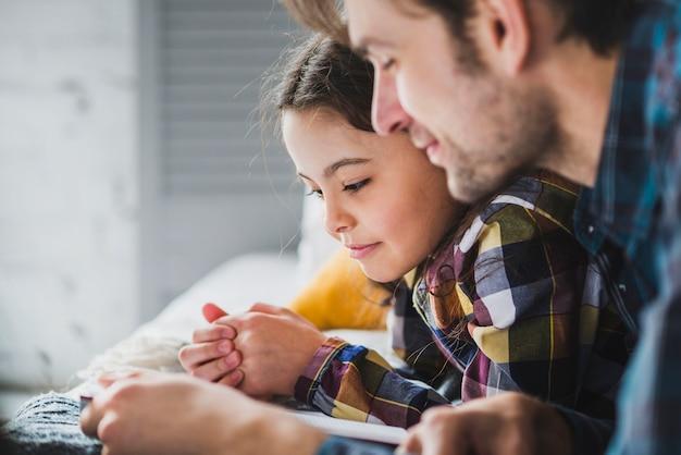 Concepto de vista de cerca para el día del padre con padre e hija leyendo