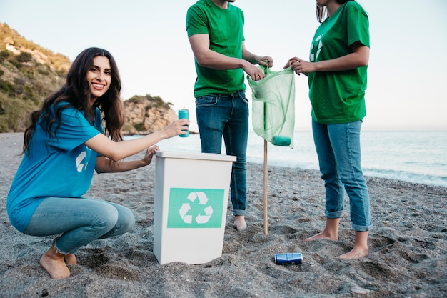 Concepto de voluntario y playa con mujer sonriente
