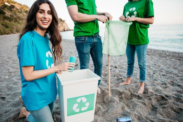 Concepto de voluntario y playa