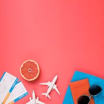 Concepto de vuelo con pomelo y gafas de sol.