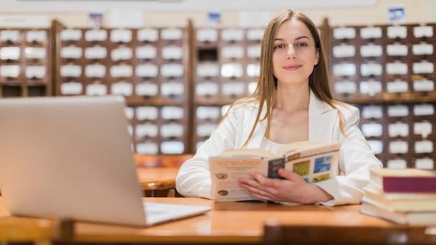 Concepto de vuelta al cole con mujer estudiando en librería