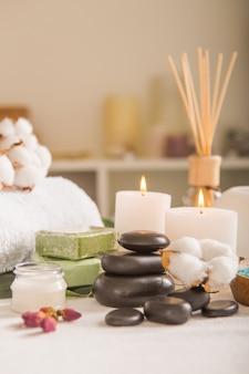 Concepto de zen y relax. composición de spa con tratamiento sobre fondo claro - espacio para texto