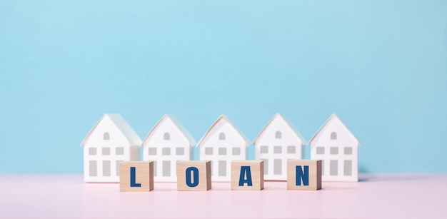 Conceptos de bienes raíces con texto de préstamo y modelo de casa. inversión empresarial y financiera.