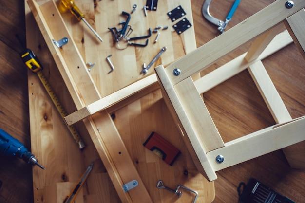 Conceptos de bricolaje con muebles y herramientas de madera y otro equipo.