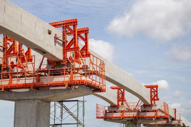 Conceptos de construcción de infraestructura, construcción de una línea de tren de tránsito masivo en progreso con infraestructura pesada.
