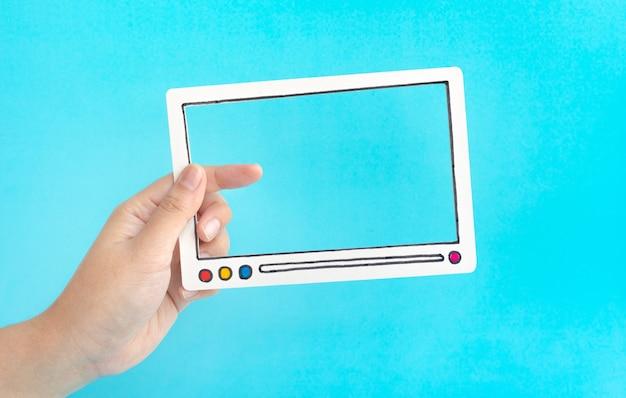 Conceptos de entretenimiento social y marketing online con mujer sosteniendo un marco de película de video