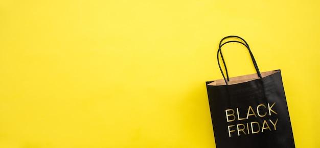 Conceptos del festival de viernes negro con texto en la bolsa de compras