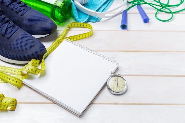 Conceptos de fitness deportivo con equipamiento de gimnasio.