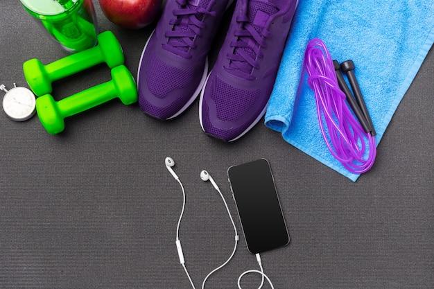 Conceptos de fitness deportivo con equipamiento de gimnasio