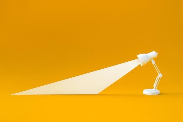 Conceptos de idea y creatividad con lámpara de iluminación sobre fondo de color pastel.