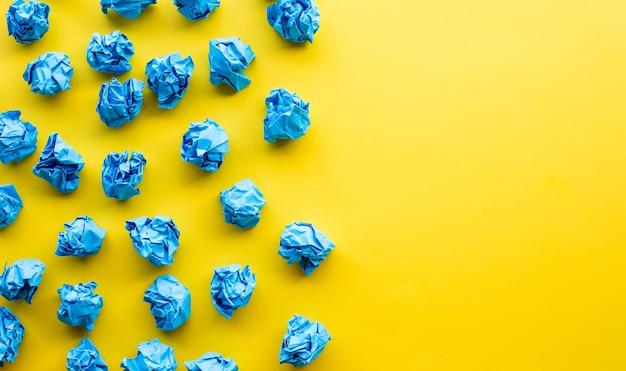 Conceptos de idea y solución de bola arrugada de papel de colores