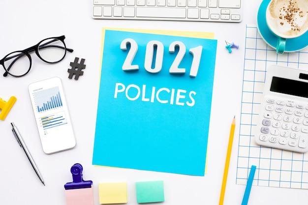 Conceptos de políticas de año nuevo 2021 con texto en el escritorio. gestión de estrategias para el éxito solución empresarial vista superior
