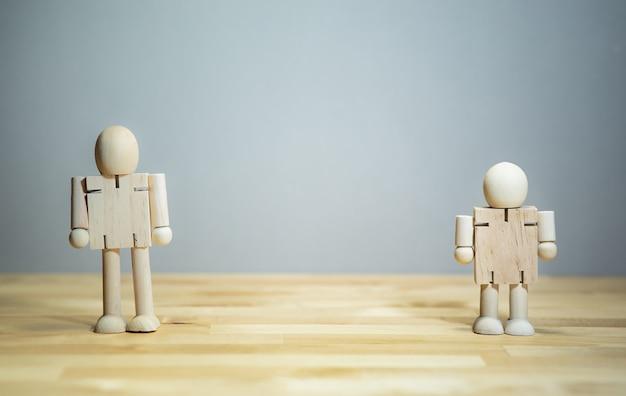 Conceptos de relación humana con maqueta de madera, amistad y familia.