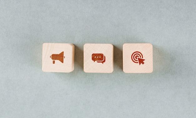 Conceptual de destino con bloques de madera con iconos rojos.