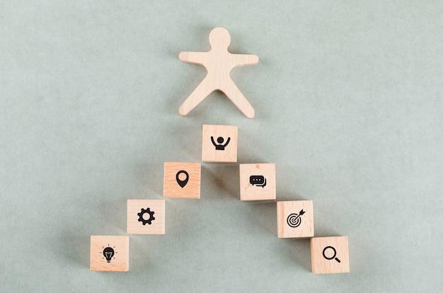Conceptual de negocio de éxito con bloques rectangulares humanos de madera.
