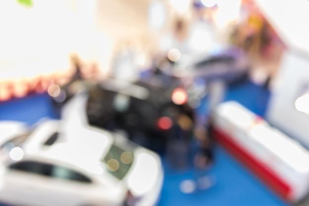Concesionario de tienda borrosa con los coches.