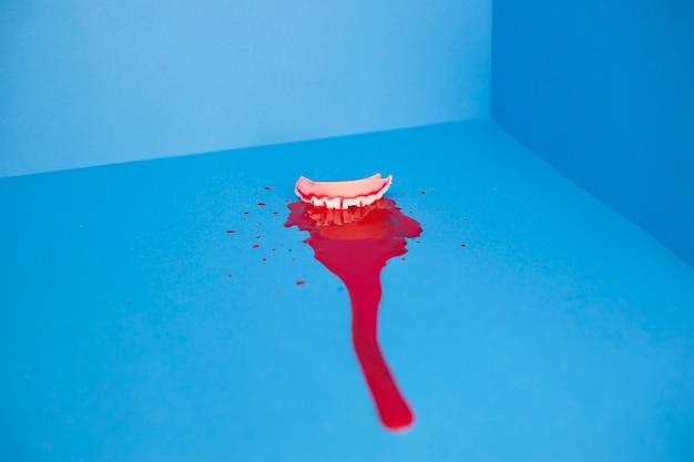 Concha agrietada en la piscina de sangre