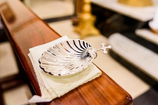 Concha de plata para agua bendita en el bautismo religioso cristiano.