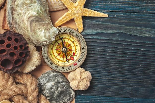 Conchas y brújula. hermosa composición del mar con conchas y brújula vintage