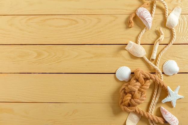 Conchas de mar sobre madera