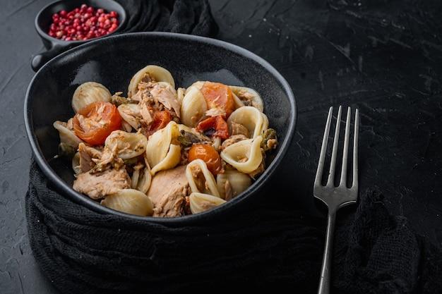 Conchas de pasta de atún siciliano con tomate y alcaparras en un tazón,