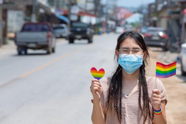 Conciencia de la bandera del arco iris para el concepto de orgullo comunitario lgbt