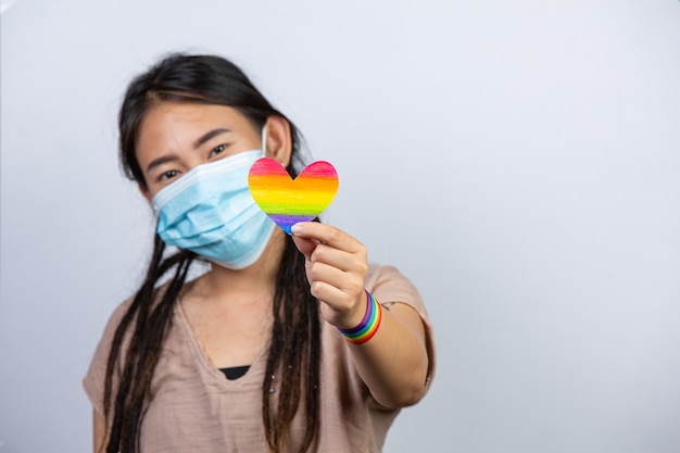 Conciencia del corazón del arco iris para el concepto de orgullo comunitario lgbt