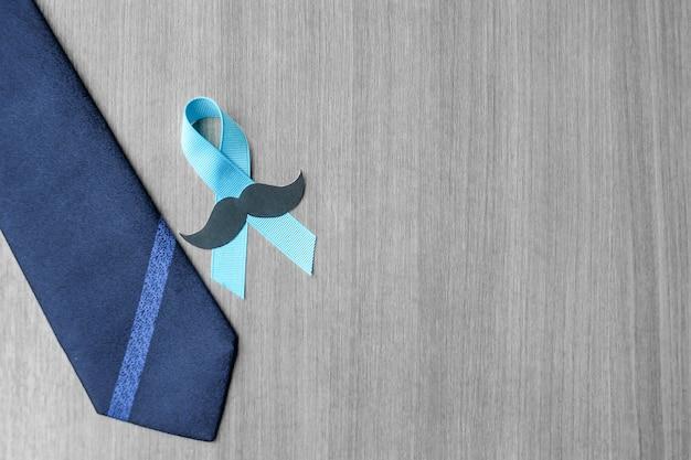 Conciencia del cáncer de próstata, cinta azul claro con bigote y corbata